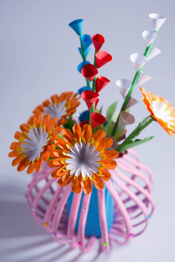 Make a flower vase with paper